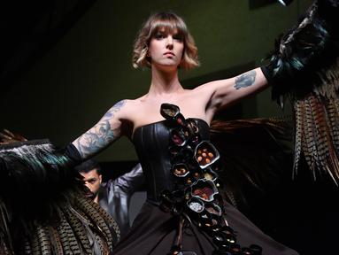Seorang model memamerkan gaun yang terbuat dari cokelat selama Chocolate Fair di Brussels, Belgia, Kamis (21/2). Acara tersebut berlangsung pada tanggal 22 hingga 24 Februari 2019. (EMMANUEL DUNAND/AFP)