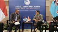 Menteri Luar Negeri RI Retno Marsudi dalam pertemuan bilateral dengan Menteri Luar Negeri Fiji Inia Batikoto Seruiratu di sela-sela kegiatan Forum Demokrasi Bali (Bali Democracy Forum) ke-12 di Nusa Dua, Bali. (Dokumentasi Kemlu RI)