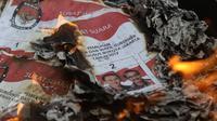 Surat suara yang rusak dibakar di Kantor KPUD DKI Jakarta, Selasa (14/2). KPUD DKI Jakarta memusnahkan 46.628 surat suara, dengan rincian 22.444 surat suara yang cacat atau rusak serta 24.184 surat suara baik sisa. (Liputan6.com/Immanuel Antonius)