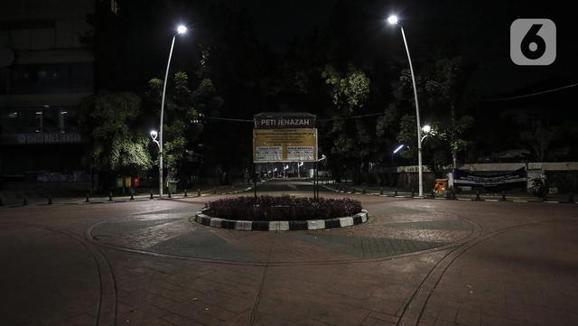 Suasana jalan daerah Bulungan yang sepi saat pemberlakuan pembatasan mobilitas warga guna menekan penyebaran COVID-19 di Jakarta, Selasa (22/6/2021). Pembatasan dilakukan pukul 21.00 - 04.00 WIB di 10 titik Ibu Kota. (Liputan6.com/Johan Tallo)
