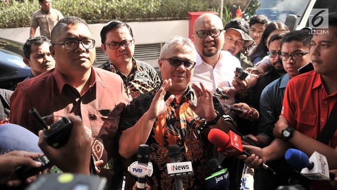 Ketua KPU Arief Budiman didampingi Komisioner KPU dan anggota Bawaslu tiba di Gedung Bareskrim Polri, Jakarta (3/1). Kedatanganya untuk melaporkan cuitan Andi Arief terkait hoaks 7 kontainer berisi surat suara tercoblos. (Merdeka.com/Iqbal S. Nugroho)