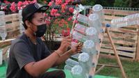 Seniman Cirebon Saeroji berinovasi menyulap sampah botol plastik jadi bernada. Foto (Istimewa)
