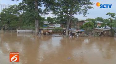Normalisasi sungai dengan mengembalikan ukuran lebarnya ke semula yang berarti harus memindahkan warga di bantaran kali.