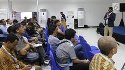Field Appication Engineer Semtech Hari Venkatesh (kanan) saat menjadi pembicara dalam Indonesia Long Range Conference (IDLoRaCon) 2019 di Function Hall Emtek City, Jakarta, Rabu (14/8/2019). IDLoRaCon 2019 membahas bagaimana sistem Internet of Things (IoT) bekerja. (Liputan6.com/Herman Zakharia)