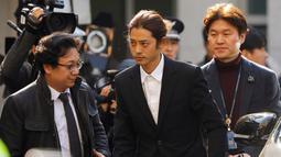 Penyanyi Korea Selatan, Jung Joon Young tiba untuk menjalani pemeriksaan di Kantor Polisi Metro Seoul, Kamis (14/3). Jung Joon Young dituduh melakukan rekaman  secara ilegal dan membagikannya di media sosial. (REUTERS/Kim Hong-Ji)