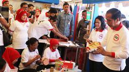 Presiden Joko Widodo melihat kerajinan tangan saat menghadiri acara peringatan Hari Anti Narkotika Internasional (HANI) di kawasan Taman Sari, Jakarta, Minggu (26/6). (Liputan6.com/Herman Zakharia)
