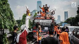 Antusiasme ribuan suporter klub sepak bola Persija mulai berdatangan melewati jalan Gatot Subroto menuju Stadion GBK, Jakarta, Minggu (9/12). Persija berpeluang besar menjadi juara jika berhasil menang melawan Mitra Kukar. (Liputan6.com/Faizal Fanani)