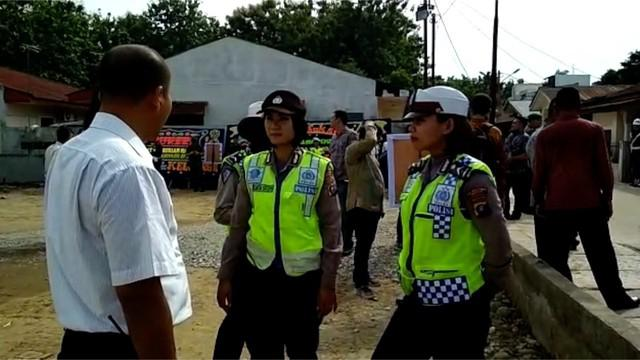 TNI-Polri menyiagakan ratusan personel untuk mengamankan jalannya prosesi adat Kahiyang-Bobby di Medan.