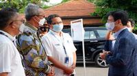 Sekda Kota Cirebon Agus Mulyadi saat menyambut kedatangan Menteri Samudera dan Perikanan Republik Korea Moo Seong-  Hyeok di Pelabuhan Cirebon. Foto (Liputan6.com / Panji Prayitno)
