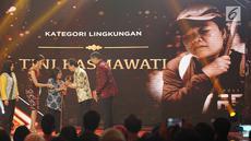 Penyandang tunanetra Tini Kasmawati menerima penghargaan kategori lingkungan dari Tokoh Filantropis, Irwan Hidayat dalam ajang Liputan6 Awards di Jakarta, Sabtu (25/5/2019). (Liputan6.com/Immanuel Antonius)
