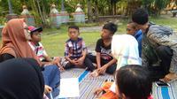 Di sela-sela kesibukan ngamen, ngasong, atau bahkan mengemis, puluhan anak-anak jalanan Sidoarjo masih semangat untuk tetap belajar. (Liputan6.com/ Dian Kurniawan)