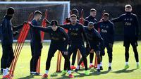 Pemain Manchester United, Jesse Lingard, bersama rekan-rekannya saat latihan jelang laga 16 besar Liga Champions di Kompleks Carrington, Manchester, Senin (11/2). MU akan menjamu PSG pada leg pertama di Stadion Old Trafford. (AFP/Franck Fife)