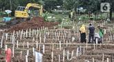 Warga berziarah ke makam kerabat di kompleks pemakaman protokol Covid-19, TPU Bambu Apus, Jakarta, Selasa (2/3/2021). TPU Bambu Apus kini tidak lagi menampung pemakaman jenazah protokol Covid-19 akibat lahan di dua blok sudah penuh dan dialihkan ke TPU Srengseng Sawah. (merdeka.com/Iqbal S Nugroho)