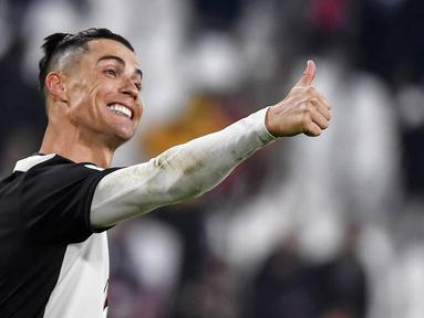 Striker Juventus, Cristiano Ronaldo, melakukan selebrasi usai membobol gawang Cagliari pada laga Serie A di Stadion Juventus, Turin, Senin (6/1/2020). Juventus menang 4-0 atas Cagliari. (AP/Marco Alpozzi)