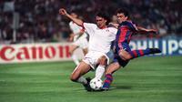 Bek AC Milan, Paolo Maldini berusaha merebut bola pemain Barcelona Miguel Angel Nadal di final Piala Champions di Olimpiade Athena 18 Mei 1994. Maldini mendapatkan peran Direktur Strategi dan Pengembangan Keolahragaan di Milan. (AFP Photo/Mladen Antonov)