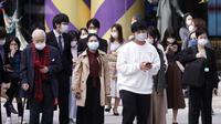 Sejumlah orang yang mengenakan masker pelindung untuk membantu mengekang penyebaran virus corona COVID-19 berjalan di Ginza, Tokyo, Jepang, Jumat (16/10/2020). Ibu Kota Jepang itu mengonfirmasi lebih dari 180 kasus virus corona COVID-19 baru pada hari Jumat. (AP Photo/Eugene Hoshiko)