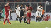 Pemain depan Persija, Marko Simic (kiri) memegang kepala saat dikalahkan Madura United pada lanjutan Go-Jek Liga 1 Indonesia 2018 bersama Bukalapak di Stadion GBK Jakarta, Sabtu (12/5). Persija kalah 0-2. (Liputan6.com/Helmi Fithriansyah)