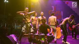 Komika Uus (kiri) bersama Orkes Pensil Alis berjoget saat menghibur penonton selama acara Jakarta International Comedy Festival (JICOMFEST) 2019 di panggung J-Trust di JIExpo, Kemayoran, Jakarta, Sabtu (3/8/2019). (Kapanlagi.com/Daniel Kampua)