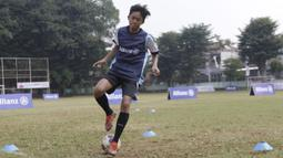 Seorang anak mengikuti coaching clinic bersama legenda Bayern Munchen, Martin Demichelis, di Lapangan PSPT Tebet, Jakarta, Minggu (23/6). Acara ini merupakan rangkaian Allianz Explorer Camp 2019. (Bola.com/Vitalis Yogi Trisna)