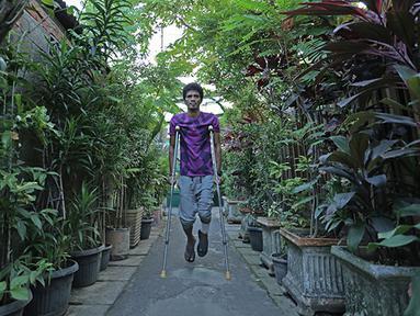 Alfin Tuasalamony menjalani proses pemulihan cedera dengan berlatih jalan di daerah sekitar wilayah rumahnya.  Bek yang menjadi kapten timnas Indonesia U-23 ini mengalami cedera di kaki kirinya karena insiden kecelakaan. (Bola.com/Peksi Cahyo)