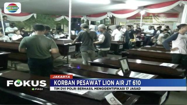 Selasa (6/11) malam, tim DVI RS Polri serahkan 17 korban Lion Air JT 610 yang telah diidentifikasi.