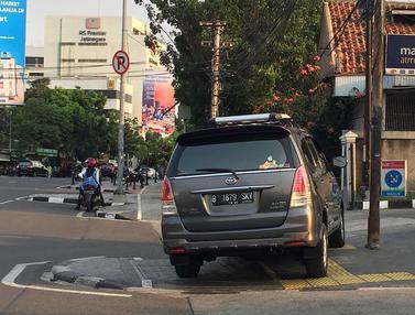 Trotoar Jatinegara Malah jadi Lapak PKL dan Parkir Liar