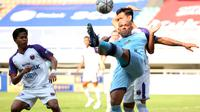 Pemain Persela Lamongan, Ivan Carlos Franca Coleho  (depan) mengontrol bola dibayangi pemain Persita Tangerang dalam pertandingan BRI Liga 1 2021/2022 antara Madura United melawan PSM Makassar di Stadion Pakansari, Bogor, Jumat (17/9/2021). (Foto: Bola.com/Ikhwan Yanuar)
