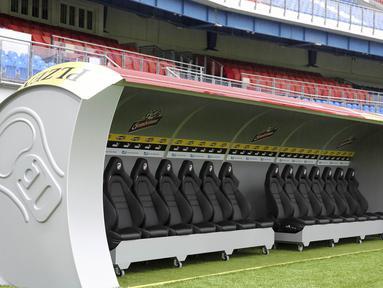 Bench pemain dari klub asal Ceska, Viktoria Plazen, berbentuk kaleng bir yang berada di Stadion Doosan Arena, Ceska, Rabu (26/7/2017). (AP/Martin Skala)