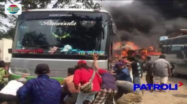 Lima bus yang berada di dalam sebuah bengkel di Kota Bekasi, terbakar akibat terpercik kobaran api dari pembakaran sampah.