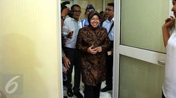 Walikota Surabaya Tri Rismaharini memasuki ruang tunggu Komisi III sebelum melakukan Rapat dengar Pendapat dengan Komisi III DPR, di Kompleks Parlemen, Senayan, Jakarta, Selasa (29/11). (Liputan6.com/Johan Tallo)