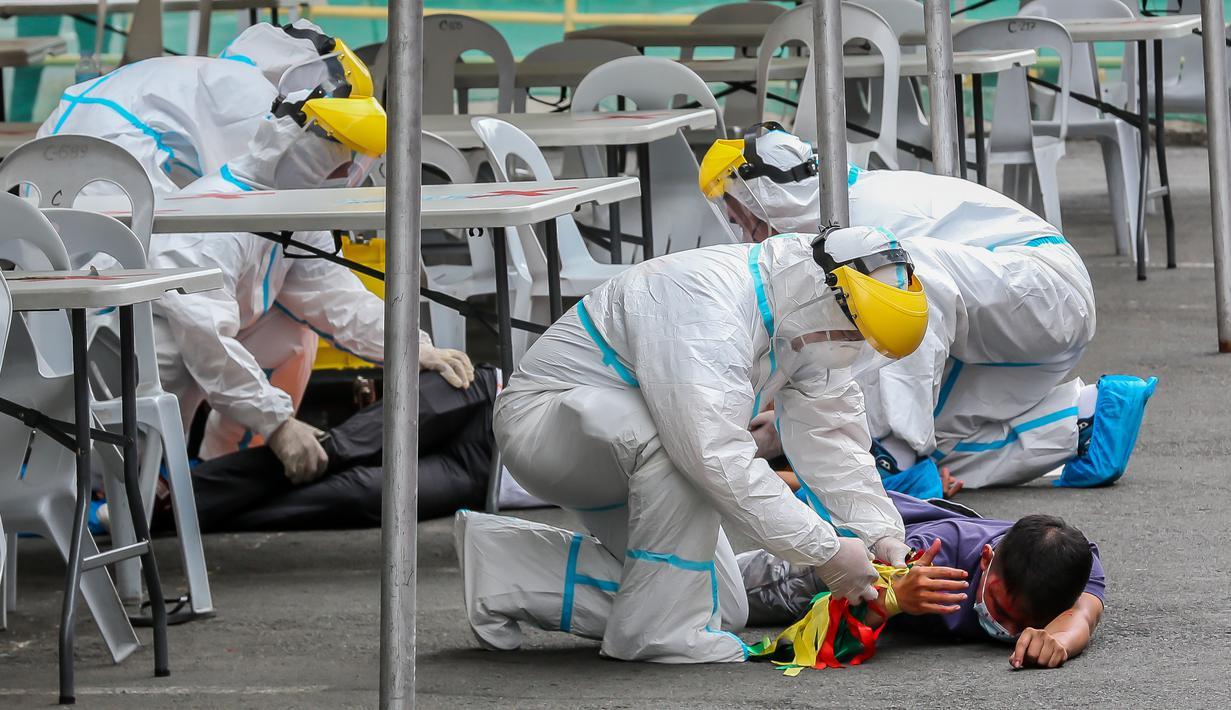 Tim penyelamat membantu orang yang berperan sebagai korban pengeboman dalam simulasi antiterorisme di Quezon City, Filipina, 15 Desember 2020. Polisi Filipina menggelar latihan untuk menunjukkan kemampuan dalam memastikan keselamatan masyarakat pada musim liburan mendatang. (Xinhua/Rouelle Umali)