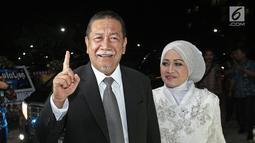 Wakil Gubernur Jawa Barat, Deddy Mizwar ditemani sang istri tercinta menghadiri resepsi kedua pernikahan Laudya Cynthia Bella dan Engku Emran di kawasan Dago, Bandung, Minggu (8/10). (Liputan6.com/Herman Zakharia)