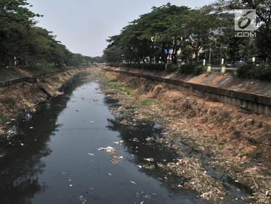 Tumpukkan sampah dan air yang berwarna hitam pekat memenuhi aliran Kanal Banjir Barat, Jakarta, Minggu (22/9/2019). Minimnya pengawasan Pemprov DKI menyebabkan aliran di sepanjang Kanal Banjir Barat menghitam dan penuh sampah hingga menimbulkan bau tak sedap. (merdeka.com/Iqbal S Nugroho)
