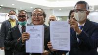 Rizal Ramli dan Refly Harun menyerahkan berkas pengaduan Presidential Threshold di gedung Mahkamah Konstitusi (MK), Jakarta, Jumat (4/9/2020). Rizal Ramli mengajukan judicial review tentang threshold atau ambang batas pemilihan presiden ke MK. (Liputan6.com/Faizal Fanani)