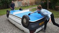 Seniman Ini Sulap Mobil Rongsokan Jadi Meja Ping-Pong
