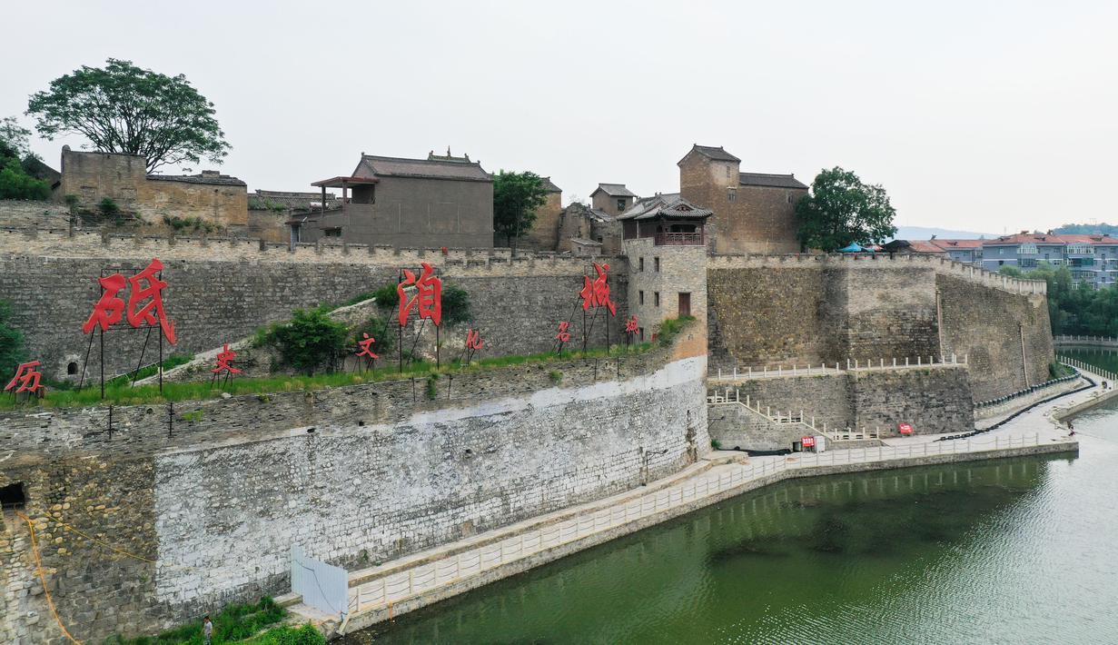 Foto udara menunjukkan tembok pelindung di situs bersejarah Dijicheng, Yangcheng, Shanxi, China, Selasa (7/7/2020). Dibangun dan dikembangkan pada era Dinasti Ming dan Qing, kota kuno Guoyu dan situs bersejarah Dijicheng adalah kompleks benteng kuno yang khas di China utara. (Xinhua/Chai Ting)