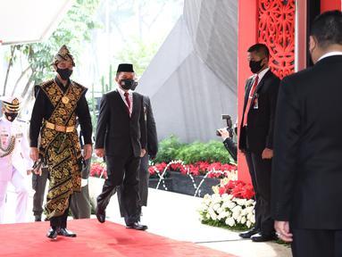 Presiden Joko Widodo saat tiba menghadiri sidang tahunan MPR RI di Gedung Nusantara Kompleks Parlemen Jakarta, Jumat (14/8/2020). Jokowi tampil mengenakan baju adat daerah Sabu dari Nusa Tenggara Timur (NTT). (Pool/BiroPemberitaanParlemen)