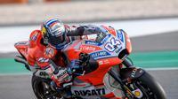 Pembalap Ducati, Andrea Dovizioso saat beraksi pada tes pramusim MotoGP 2018 di Sirkuit Losail, Qatar. (Twitter/Ducati)