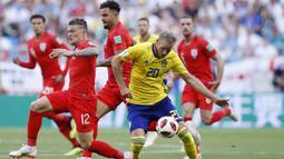 Striker Swedia, Ola Toivonen, berusaha melewati kepungan pemain Inggris pada laga perempat final Piala Dunia di Samara Arena, Samara, Sabtu (7/7/2018). Inggris menang 2-0 atas Swedia. (AP/Alastair Grant)