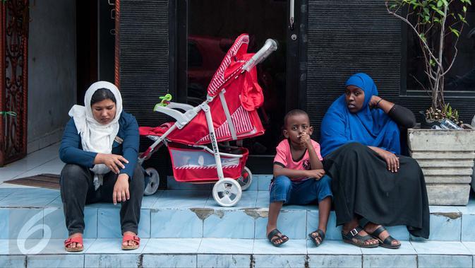 Sejumlah pengungsi atau pencari suaka menunggu panggilan dari pihak UNHCR, Jakarta, Senin (6/2). Sebagian pengungsi mengaku sudah berada di Indonesia lebih dari tiga tahun dan belum mendapatkan kepastian dari UNHCR. (Liputan6.com/Gempur M Surya)
