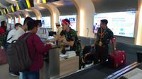 Hari Pahlawan, Petugas Bandara Juanda Berpakaian Pejuang (FOTO/Liputan6.com/Dian Kurniawan )