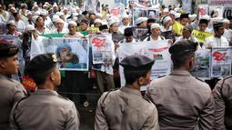Massa yang tergabung dalam Aksi Solidaritas Islam Indonesia untuk Kashmir menggelar aksi di Kedubes India, Jakarta, Rabu (6/2). Dalam aksinya, massa meminta pemerintah India untuk menarik pasukan militer dari wilayah Kashmir. (Liputan6.com/Faizal Fanani)