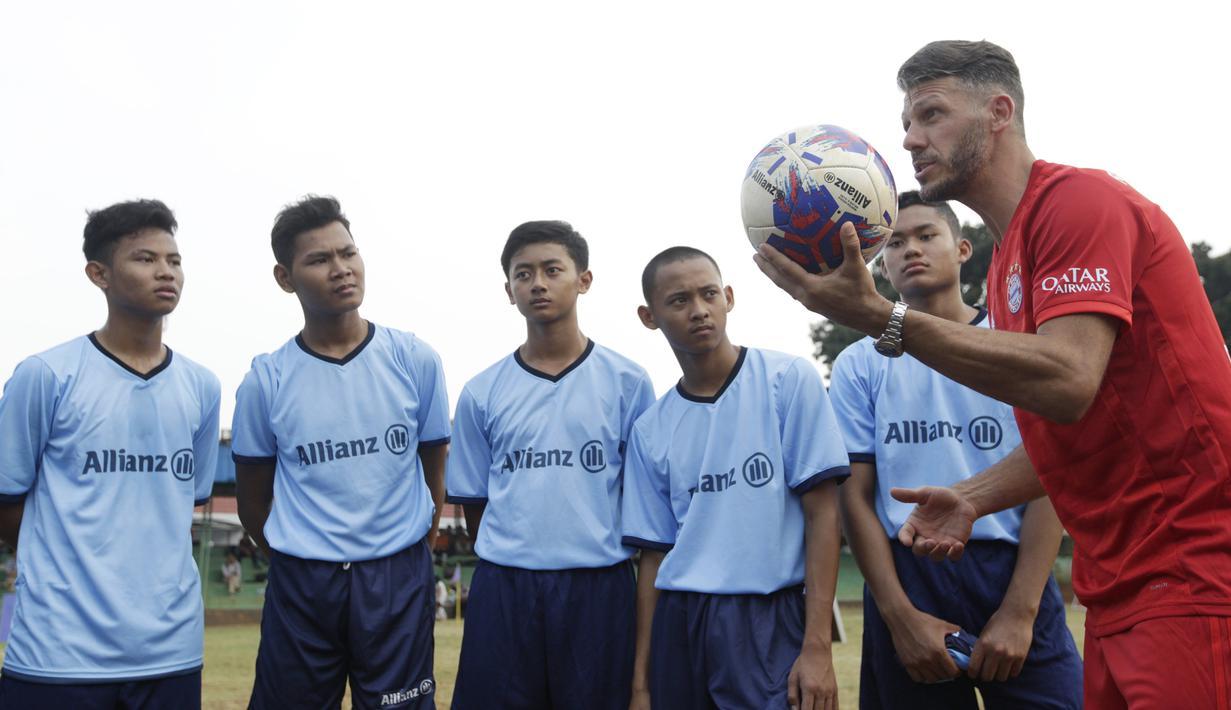 Legenda Bayern Munchen, Martin Demichelis, memberikan coaching clinic kepada pesepak bola muda di Lapangan PSPT Tebet, Jakarta, Minggu (23/6). Acara ini merupakan rangkaian Allianz Explorer Camp 2019. (Bola.com/Vitalis Yogi Trisna)