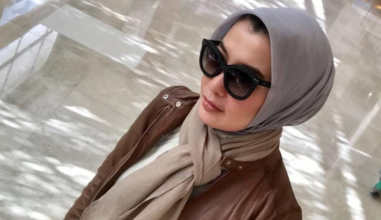 Arzeti Bilbina, perempuan yang berprofesi sebagai aktris dan model ini memang tak pernah gagal dalam memadu-madankan busana dan hijab yang dikenakannya.  (Instagram/arzetibi)