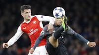 Pemain Bayern, Thiago Alcantara (kanan) berebut bola dengan pemain Arsenal, Granit Xhaka pada leg kedua babak 16 besar Liga Champions di Emirates Stadium, London, (7/3/2017). Bayer Munich menang 5-1. (AP/Frank Augstein)