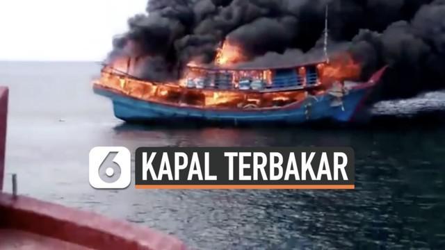 Belasan anak buah kapal penangkap ikan terjun ke laut untuk selamatkan diri saat kapal terbakar hebat di Tanjung Api Rabu (7/4) siang. Tidak ada korban dalam musibah ini.