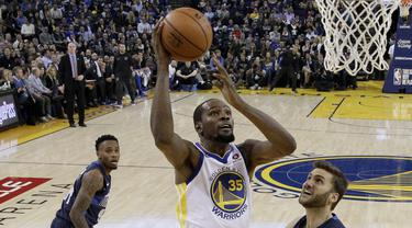 Pebasket Golden State Warriors, Kevin Durant, berusaha memasukan bola saat melawan Dallas Maverick pada laga NBA di Oracle Arena, Oakland, Kamis (14/12/2017). Warriors menang 112-97 atas Mavericks. (AP/Marcio Sanchez)