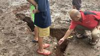 Geger Fenomena Tanah Terbelah Terjadi di Depok. (Liputan6.com/Ady Anugrahadi)