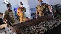 Wali Kota Tangerang Arief Wismansyah saat memantau proses daur ulang maggot di Kantor DLH UPT Pengelolaan Wilayah Barat Kecamatan Jatiuwung (Pramita/Liputan6.com)