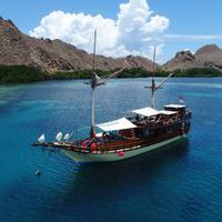 Tinggal sesaat di atas kapal memang jadi cara terbaik menikmati liburan di Labuan Bajo.